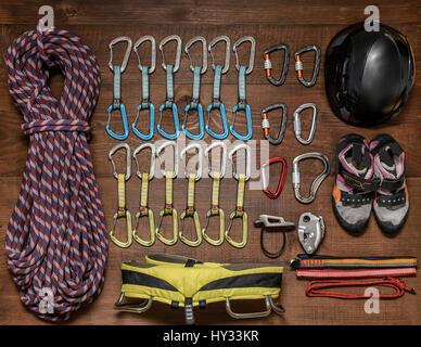 Kletterausrüstung liegend auf einem Holzfußboden. - Stockfoto
