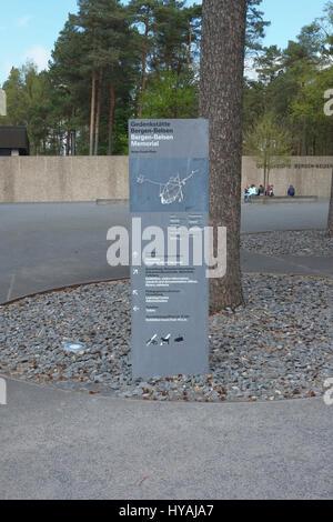 Deutschland, Niedersachsen, Bergen-Belsen, Informationen veröffentlichen am Eingang in die KZ-Gedenkstätte. - Stockfoto