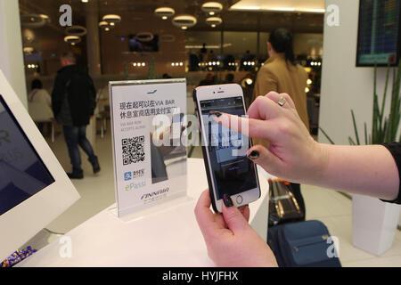 (170405)--Peking, 5. April 2017 (Xinhua)--ein Kunde nutzt Chinas Alipay am Flughafen Helsinki, Finnland, am 28. - Stockfoto