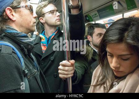 Passagiere auf dem Weg-Zug von New Jersey nach Manhattan - Stockfoto
