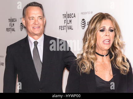 "New York, USA. 26. April 2017.  Rita Wilson (L) und Tom Hanks besuchen ""The Circle"" Screening während des 2017 Tribeca - Stockfoto"