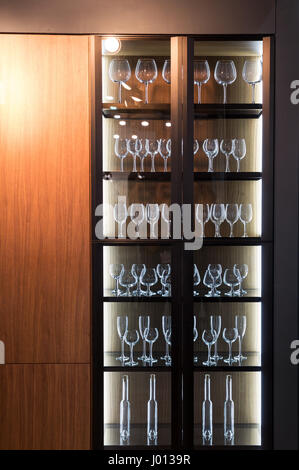 alkohol bar schrank gl ser und getr nke flaschen stockfoto. Black Bedroom Furniture Sets. Home Design Ideas