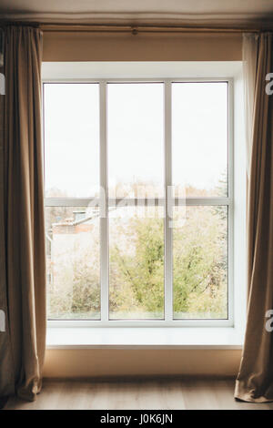 Blick auf die Stadt aus dem Fenster. Budva, Montenegro. - Stockfoto
