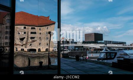 Verzerrtes Spiegelbild der alten Noma Restaurantgebäude in Krøyers Plads Neuentwicklung mit Inderhavnen Brücke und - Stockfoto