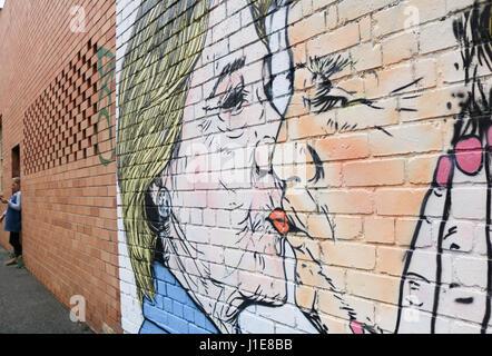 Melbourne Australien. 21. April 2017. Ein Wandbild in Melbourne zeigt Donald Trump küssen seines Präsidenten Rivalen - Stockfoto