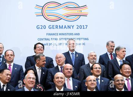 Washington, USA. 21. April 2017. Teilnehmer stellen für ein Gruppenfoto nach der G20-Finanzminister und Zentralbankpräsidenten - Stockfoto