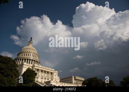 Washington, DC, USA. 21. April 2017. Gewitterwolken bauen über die Hauptstadt-Gebäude in Washington. Mehreren Sturmsysteme - Stockfoto