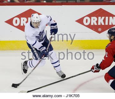 Washington DC, USA. 21. April 2017. Toronto Maple Leafs Center #11 Zach Hyman führt einen Torwurf vor Washington - Stockfoto