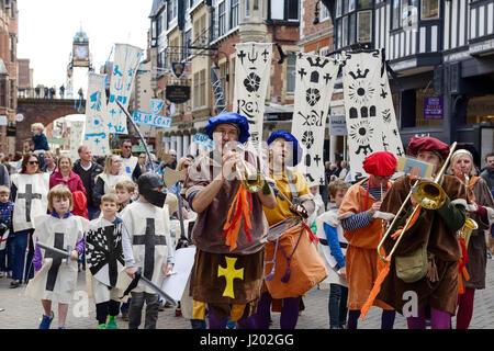 Chester, UK. 23. April 2017. St George es Day-Parade durch die Straßen von Chester mit mittelalterlichen Straßentheater - Stockfoto