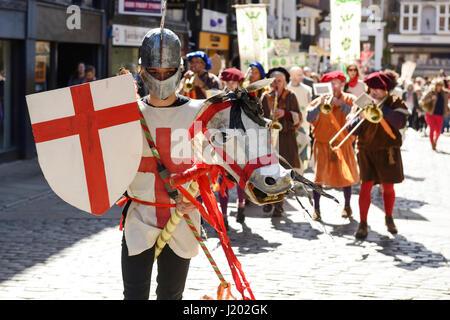 Chester, UK. 23. April 2017. St George reitet sein Pferd durch die Straßen von Chester als Bestandteil der St. George's - Stockfoto