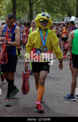 London, UK. 23. April 2017. 37. Virgin London-Marathon lockte Rekordzahlen von Wettbewerbern, sonnte sich bei strahlendem - Stockfoto