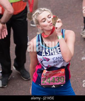 London, UK. 23. April, 2017.Ashley James Presenter und Persönlichkeit im Ziel bei Virgin Geld Marathon Credit: Ian - Stockfoto