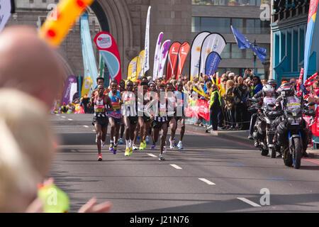 London, UK. 23. April 2017. LONDON-MARATHON 2017. Heute dauerte eine geschätzte 50.000 Läufer auf den Straßen der - Stockfoto