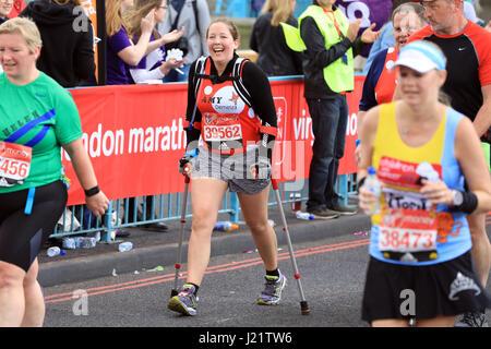 London, UK. 23. April 2017. Teilnahme an der Virgin London Marathon 2017. Abgebildet, crossing Tower Bridge Credit: - Stockfoto