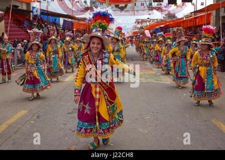 Tinkus-Tänzern in farbenfrohen Kostümen die Durchführung am jährlichen Karneval von Oruro. Die Veranstaltung wird - Stockfoto
