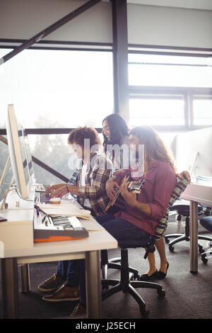 Zwei Toningenieure arbeiten zusammen im studio - Stockfoto