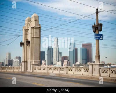 2nd Street Bridge mit Skyline von Los Angeles - Stockfoto