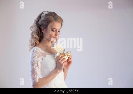 Braut im Hochzeitskleid halten eine Schokolade - Stockfoto