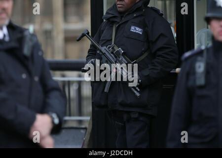 London, UK. 27. April 2017. Bewaffnete Polizei auf normalen Patrouille in Westminster, nachdem ein Mann wegen des - Stockfoto