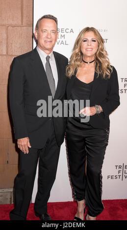 New York, USA. 26. April 2017. NEW YORK, NY, USA - 26.April: Tom Hanks und Rita Wilson Tribeca Gala teilnehmen: - Stockfoto