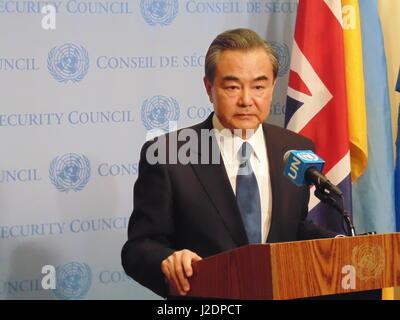 New York, USA. 28. April 2017. Chinas Außenminister Wang Yi im UN-Sicherheitsrat Absteckung als uns, Japan und Südkorea - Stockfoto