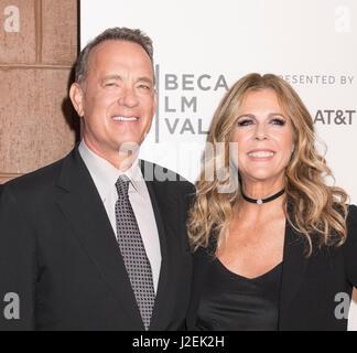 New York, Vereinigte Staaten von Amerika. 26. April 2017. Tom Hanks und Rita Wilson besuchen Tribeca Gala: The Circle - Stockfoto
