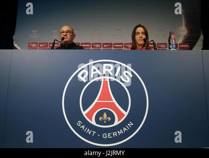 Paris, Frankreich. 28. April 2017. FC Barcelona Trainer Xavi Llorens (L) und Kapitän Marta Unzue (R) auf der Pressekonferenz - Stockfoto