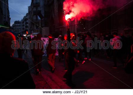 Paris, Frankreich. 28. April 2017. Demonstranten verwenden Fackel, wie Hunderte auf die Straße in Paris am 28. April - Stockfoto