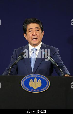 Das Dorchester Hotel. London. UK spricht 28. April 2017 - der japanische Premierminister Shinzo Abe auf einer Pressekonferenz - Stockfoto