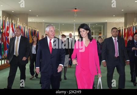 New York, USA. 28. April 2017. US Secretary Of State Rex Tillerson geht mit Botschafter Nikki Haley, US ständiger - Stockfoto