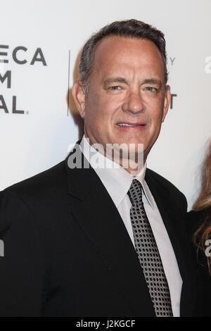 "NEW YORK, NY - 26.April: Rita Wilson und Tom Hanks ""The Circle"" Premiere während der 2017 Tribeca Film Festival - Stockfoto"