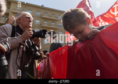 Moskau, Russland. 1. Mai 2017. Ein Junge schaut während der Tag der Arbeit-Demonstration in Moskau, Russland, am - Stockfoto