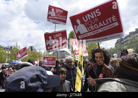Paris, Frankreich. 1. Mai 2017. Demonstration in Paris, das Vorhandensein von Marine Le Pen und Emmanuel Macron - Stockfoto