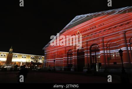 Moskau, Russland. 1. Mai 2017. Ein Blick auf die Moskauer Manege Gebäude beleuchtet als Teil eines Licht-Show mit - Stockfoto