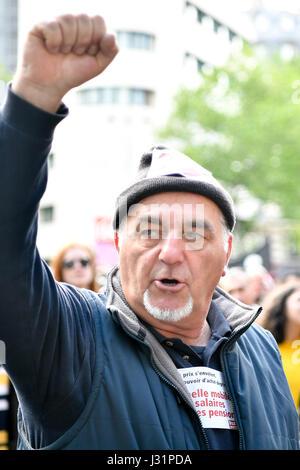 Paris, Frankreich. 1. Mai 2017. Ein Mann ruft Parolen während einer jährlichen Marsches für internationale Tag der - Stockfoto