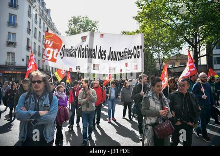 Paris, Frankreich. 1. Mai 2017. Menschen besuchen eine jährliche März für internationale Tag der Arbeit in Paris, - Stockfoto