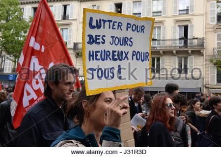 Paris, Frankreich. 1. Mai 2017. Menschen gehen auf die Straße, am Maifeiertag in Paris, Frankreich am 1. Mai 2017 - Stockfoto