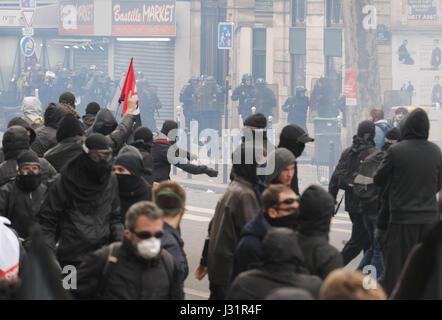 Paris, Frankreich. 1. Mai 2017. Demonstrant Gesicht französische Anti-Riot Polizei während eines Marsches für die - Stockfoto