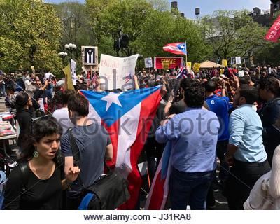 New York, USA. 1. Mai 2017. Einwanderer und Union Gruppen marschieren in Union Square zu markieren Maifeiertag und - Stockfoto