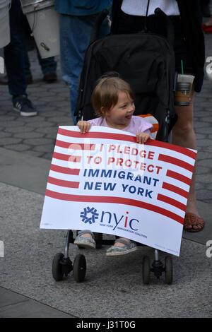 New York, USA. 1. Mai 2017. Kleines Kind mit einem Schild an einer Maikundgebung in New York City. Bildnachweis: - Stockfoto