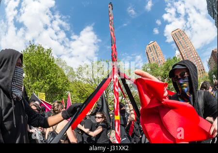 New York, USA. 1. Mai 2017. New York, NY 1. Mai 2017 - Anarchisten tanzen um einen Maibaum auf einer Kundgebung - Stockfoto