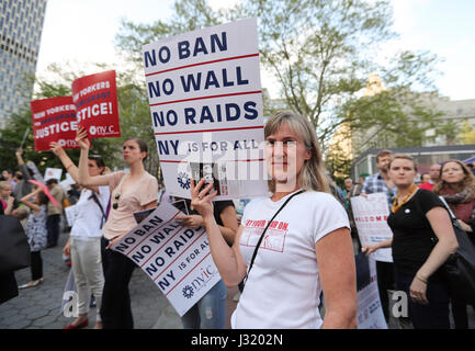"New York, USA. 1. Mai 2017. Demonstranten nehmen Teil an der ""Rise Up New York""-Rallye bei Foley Square in New York, - Stockfoto"