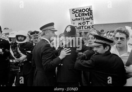 Unterhauswahlen 1983 Großbritannien Thatcher Arbeitslosigkeit Demonstration über Berufsaussichten für Absolventen - Stockfoto