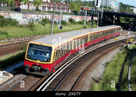 Klasse 481 Zug der Berliner S-Bahn, eine s-Bahn Eisenbahn-System in und um Berlin, die Hauptstadt Deutschlands. - Stockfoto