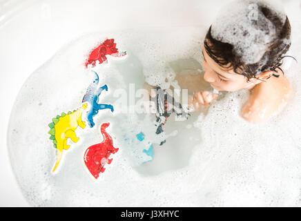 Jungen spielen mit Spielzeug im Bad, erhöht, Ansicht - Stockfoto