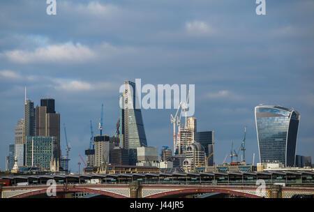 Moderne Architektur als Wahrzeichen Gebäude auf die Skyline von Bankenviertel City of London, Tower 42, Cheesegrater, - Stockfoto