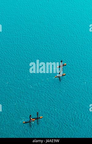 Luftaufnahme des unkenntlich Gruppe von Menschen Stand up Paddle boarding auf Wasseroberfläche für Sport, Spaß, - Stockfoto