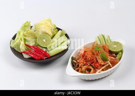 Scharf-saure gemischte Kräutersalat mit Schwarte und Schwarte ist PopularThai Küche - Stockfoto