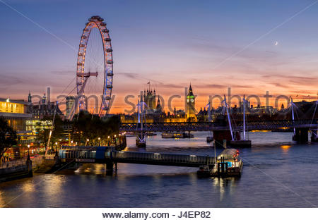 Millenium Wheel (London Eye) mit Big Ben auf der Skyline hinaus bei Sonnenuntergang, London, England, Vereinigtes - Stockfoto