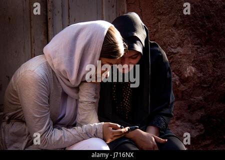 Mädchen spielen mit Smartphone, Abyāneh, Iran - Stockfoto